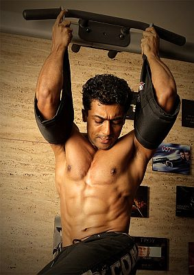 suryas-six-pack-abs-in-vaaranam-aayiram